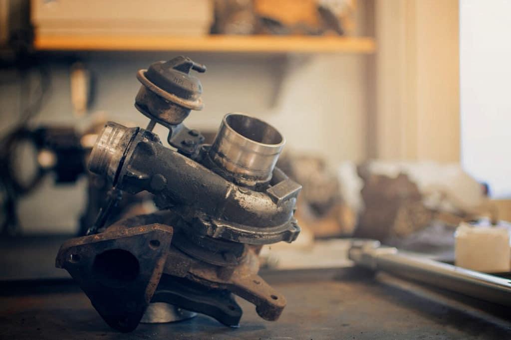 Defekter Turbolader auf Werkbank