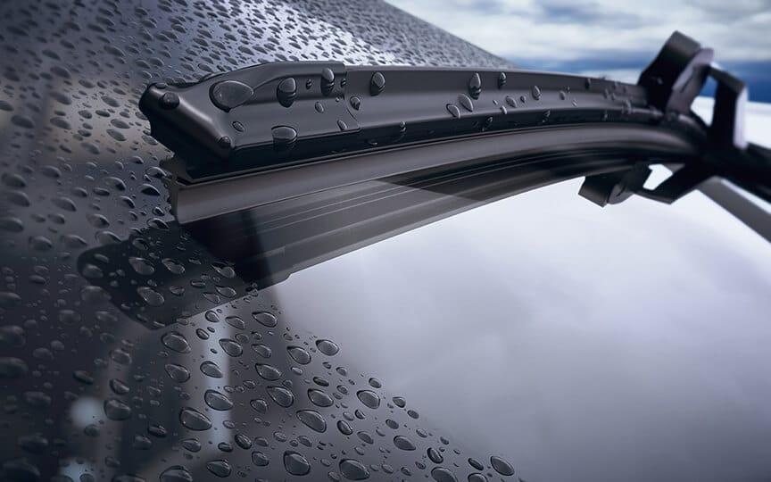 Flachbalkenscheibenwischer liegen optimal auf der Scheibe und reinigen sie von Regentropfen