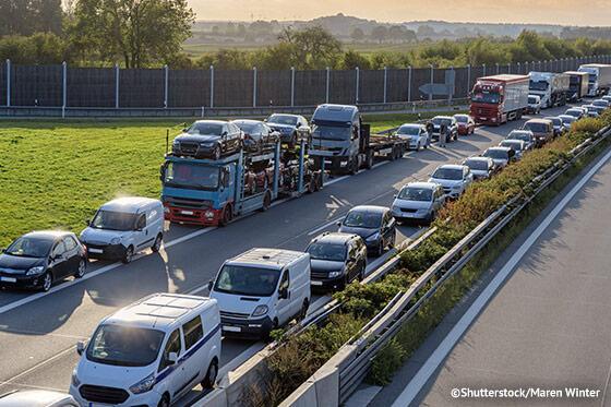 Rettungsgasse_gebildet_auf_zweispuriger_Autobahn_mit_Nutzung_der Nothaltespur_ATP