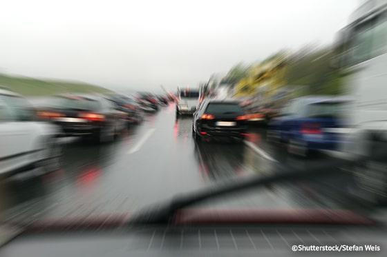 Rettungsgasse_bilden_bei_Regen_auf_dreispuriger_Autobahn_ATP